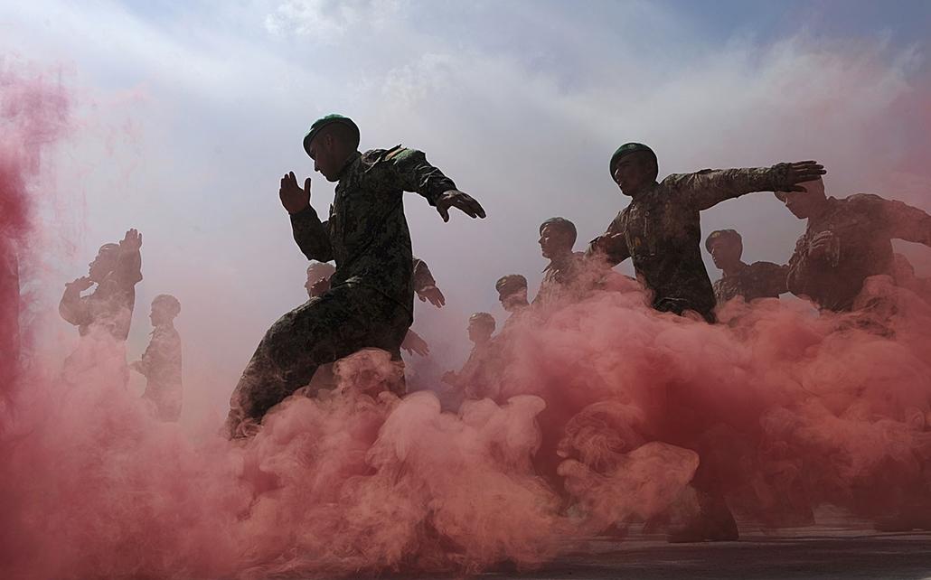 afp.11.03.31. - Az afgán nemzeti hadsereg katonáinak avatóünnepsége 2011. március 31-én