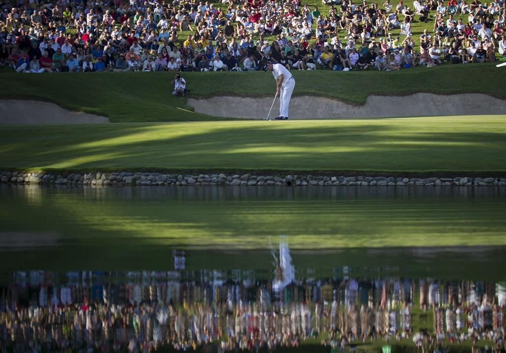 A spanyol Sergio Garcia készül ütéshez a 17. lyuk előtt az Andalucia Valderrama Masters golftornáján. Közben pénzügyi okokra - Hét képei - nagyítás