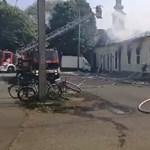 Lángolt egy üzletház Békésen – videó