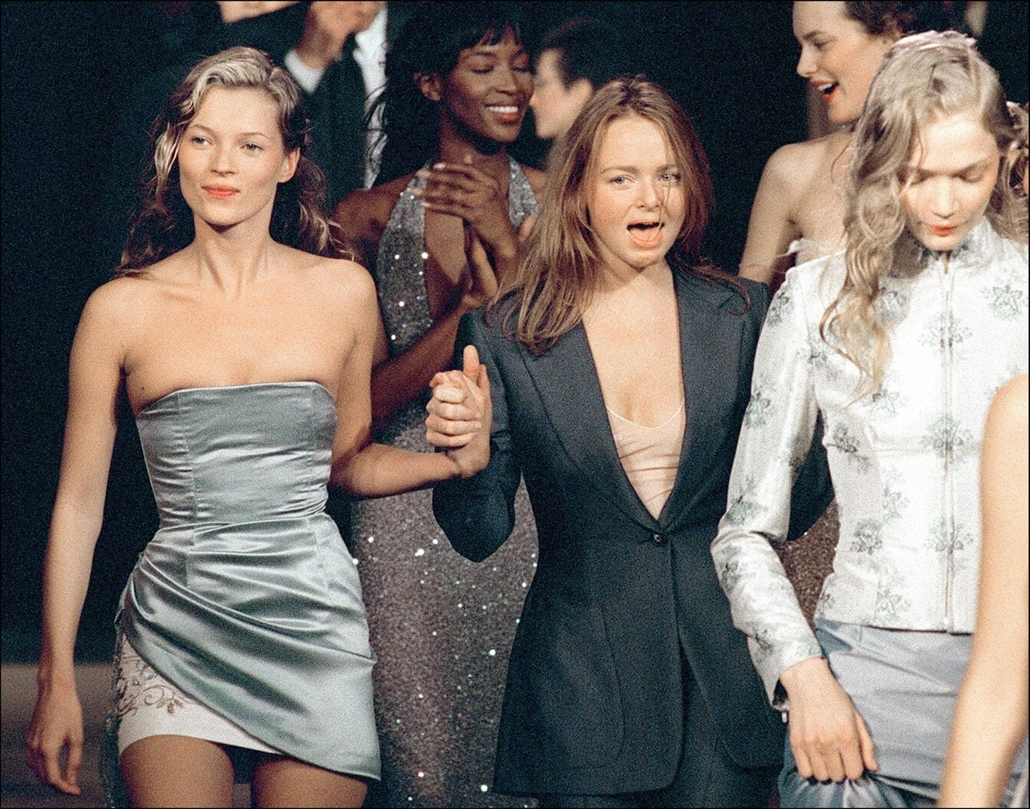 afp. Kate Moss szupermodell 40 éves - nagyítás - 1997.10.15. British top models Kate Moss (L), Naomi Campbell (2nd L, background) and Jodie Kidd (R) pose with stylist Stella McCartney (C), 25, the daughter of former Beatle Paul McCartney, who designed the