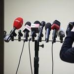Pisztolyt tart a média fejéhez a kormány