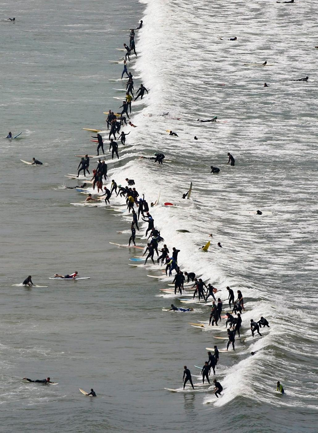 Az egyetlen hullámon egyszerre egyensúlyozó legtöbb hullámlovas világcsúcsát állítják fel a dél-afrikai Fokváros partjai előtt. A több mint 105 szörfös produkciója bekerül a Guinness Világrekordok Könyvébe.