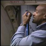 Rappelő légiutaskísérő: bírnád-e? (videó)