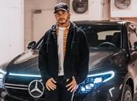 Egész büszkén feszít Lewis Hamilton egy kakukktojásnak tűnő autó mellett