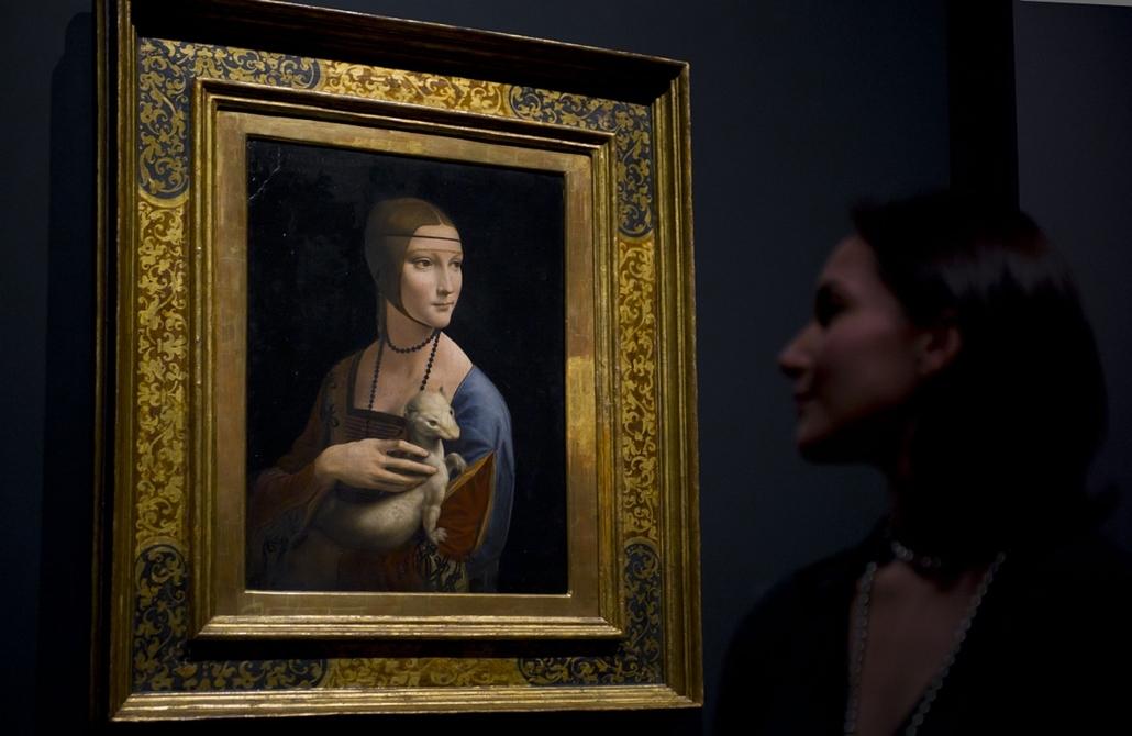 Francesca Sidhu Leonardo da Vinci: Hölgy Hermelinnel című alkotása előtt Londonban