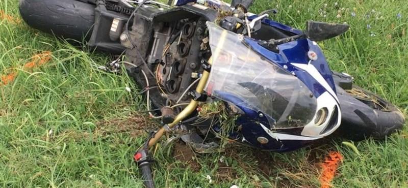 Egykerekezve előzgetett az emelkedőn egy motoros, nem élte túl