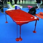 Cseppfolyós asztal vérpirosban