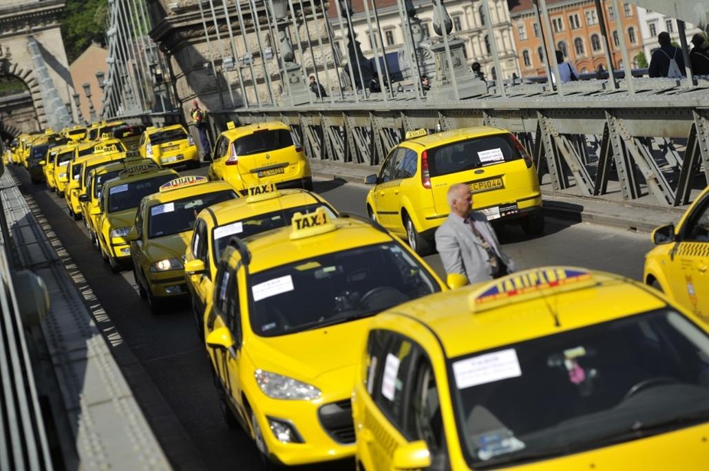 fm.16.04.26. - Lánchíd lezárása Taxis tüntetés az Uber ellen - taxi, tüntetés, demonstráci