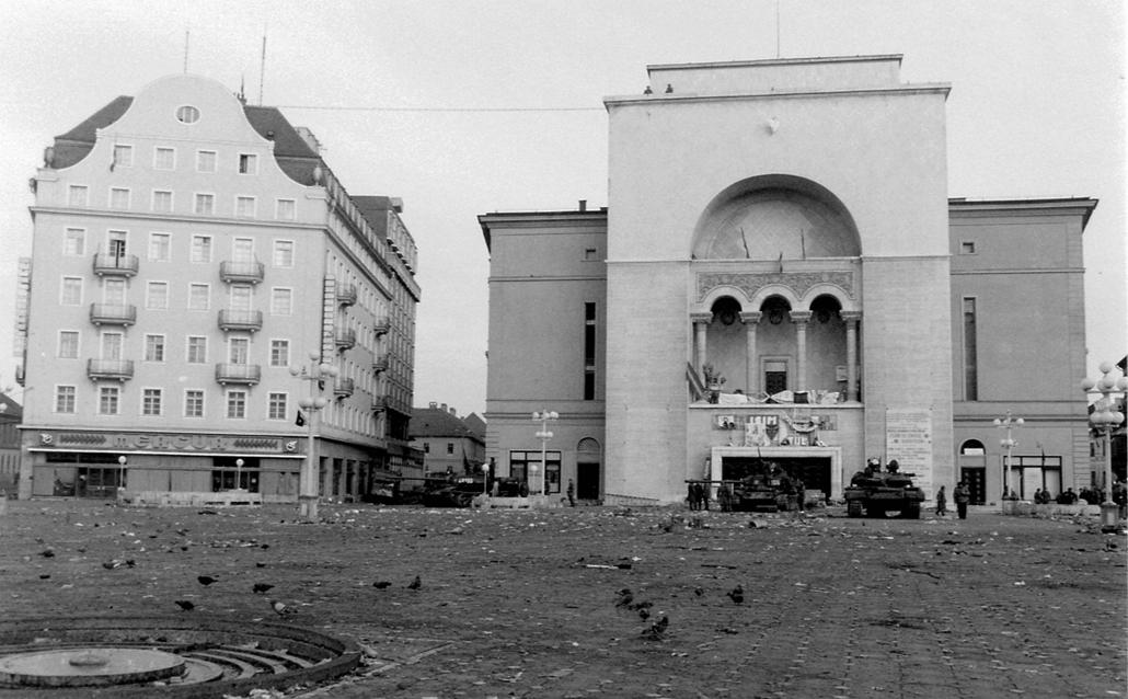 fortepan. Temesvár 1989, román forradalom - Román Nemzeti Színház és Operaház, T-55 harckocsik. Romániai forradalom.