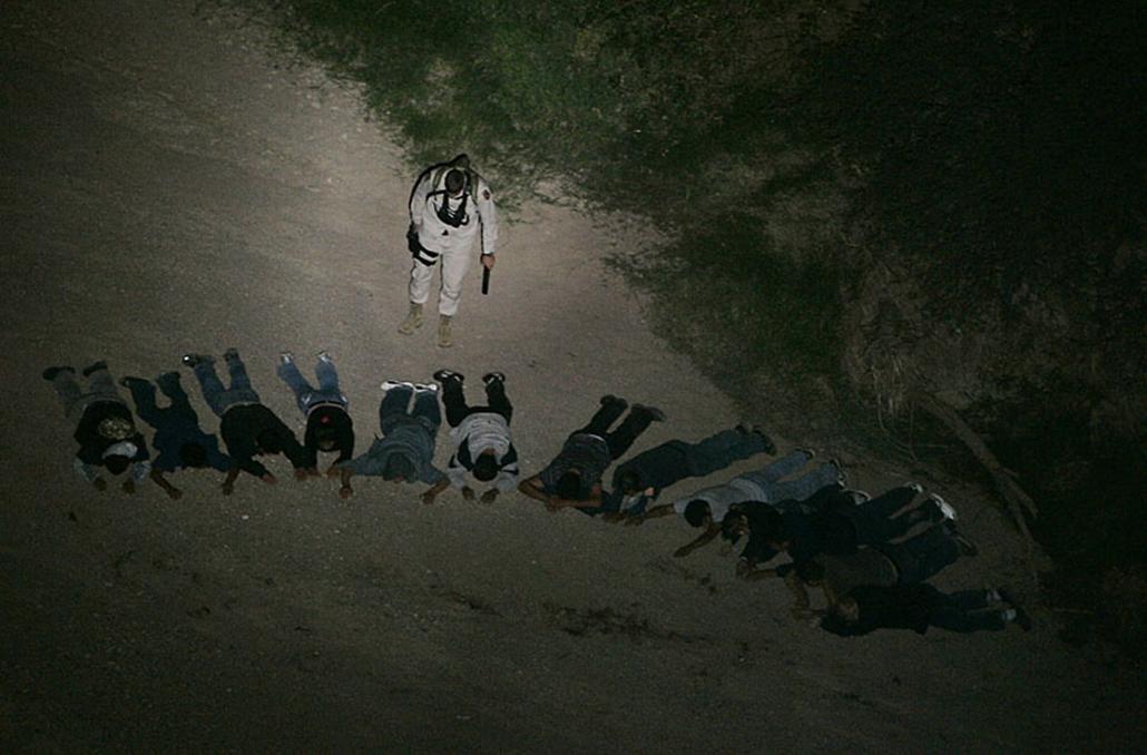 Illegális határátlépőket fognak el a mexikói határ mellett Arizónában. 2008. május