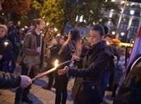 A jobbikosok lettek az ünnep vándorai: a belvárosból a köztévéhez, majd a Fidesz-székházhoz vonultak tojással dobálni - ÉLŐ