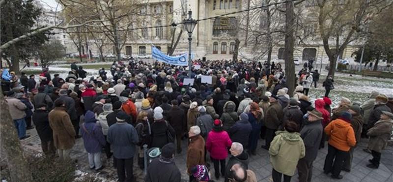 """""""Fidesz, benyaltál a Jobbiknak?"""" - flashmob a megszállási emlékmű ellen"""