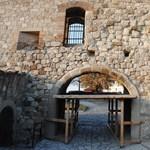 Magyar kőművesek ostromolják az egri várat