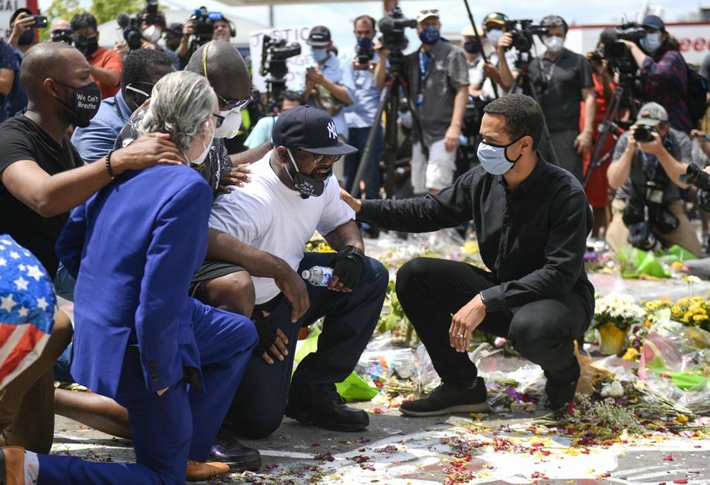 Nagyítás - mti.20.06.02. Philonise Floyd (fehér pólóban) a fivére, George Floyd fekete bőrű férfi minneapolisi őrizetbe vételének színhelyén 2020. június 1-jén