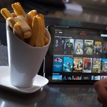 Hiába nagyobb a sorozatéhség a járvány alatt, mindenki csak Netflix-repetázik