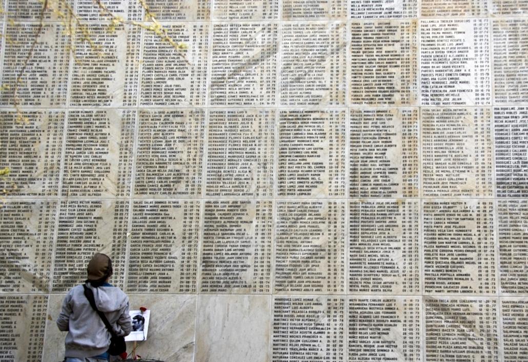 afp.14.09.07. - Santiago, Chile: látogató az 1973 és 1990 közötti katonai diktatúra alatt kivégzett áldozatok emléktáblája előtt. - 7képei