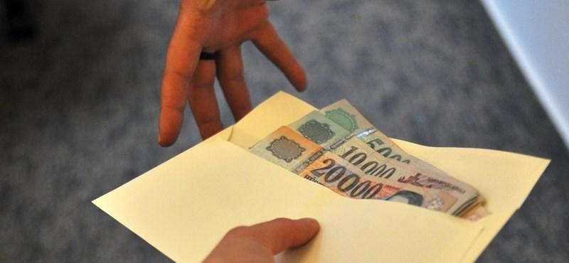 Egy tanár kidobott 2000 eurónyi kenőpénzt az ablakon