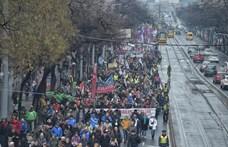 Ezrek az utcán, nézze meg, közben milyen kihalt a Kossuth tér - fotó