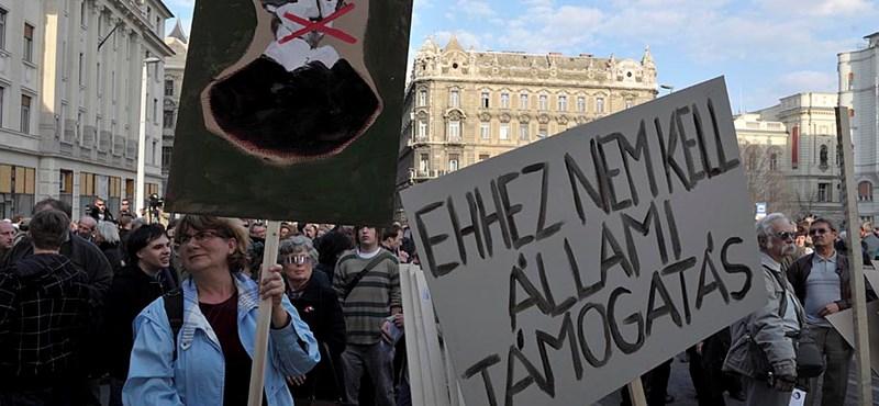 Sokezres tömeg tüntetett a sajtószabadságért