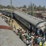 Harmonikává gyűrődött egy vonat Indiában – fotó