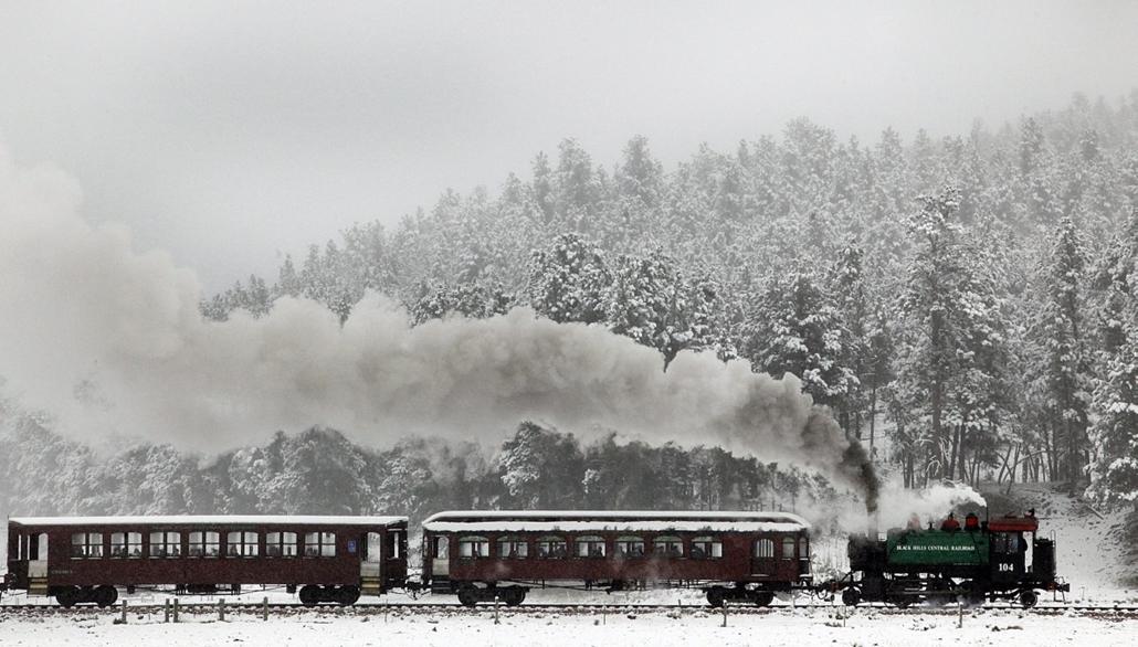 AP_! - szept.26-ig! - Hill City, Dél-Dakota, USA: gy 1880-ban készített, ma már nosztalgiavonatként használt szerelvény megy a hófödte hegyek között - 7képei