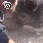 Megdöbbentő videó: Élve húztak ki egy kisfiút a romok alól Szíriában