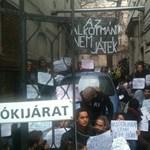Diákok is vannak a Fidesz-székházba bevonuló civilek között