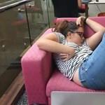 Elaludt a könyvtárban, korunk népművészetét megragadta a pillanat