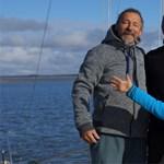 Angol kishajóval szeli észak vizeit a magyar család