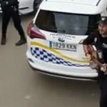 A mallorcai rendőrök egyedi módon tartják a lelket a lakókban a kijárási tilalom alatt – videó