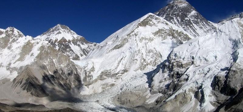 Tíz tonna szemetet lehoztak az Everestről, és még ez sem elég