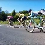 Így is lehet kerékpározni, csak nem ajánlott – videó