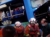 Tóba zuhant egy busz Kínában – 21 halott