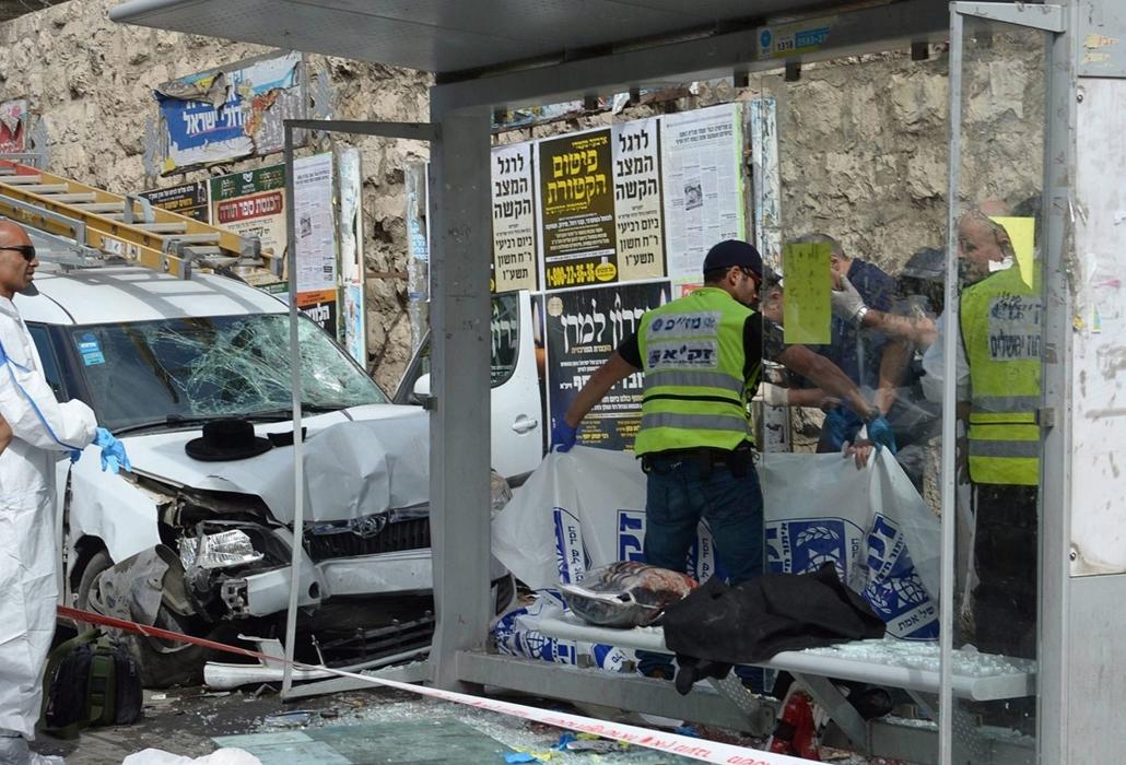 epa. Újabb merényletek Jeruzsálemben 2015.10.13. Jeruzsálem, Az izraeli kormány sajtóhivatala által közreadott kép egy buszmegállóról, ahová egy férfi gépjárművével felhajtott és halálra gázolt egy embert, majd kiszállt a járműből és legkevesebb három jár