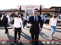 Közös tánccal üzennek a vendégeknek egy vecsési szálloda munkatársai