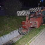 Fotók: Totál patthelyzetbe kormányozta járművét egy traktoros fiú