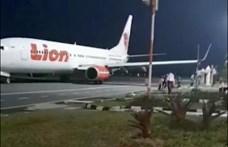 Fotók: landolás közben szenvedett balesetet egy utasszállító Indonéziában