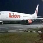 Nincs szerencséje a Boeingekkel a Lion Airnek: most oszlopnak ütközött az egyik gépük – fotó