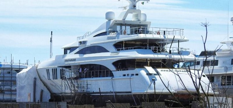 NER luxury planes and the László Szjj yacht went to Naples and Sardinia at the same time
