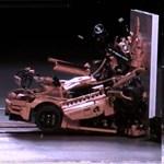 A valaha készült leglátványosabb törésteszt: apró darabokra hullik egy Porsche