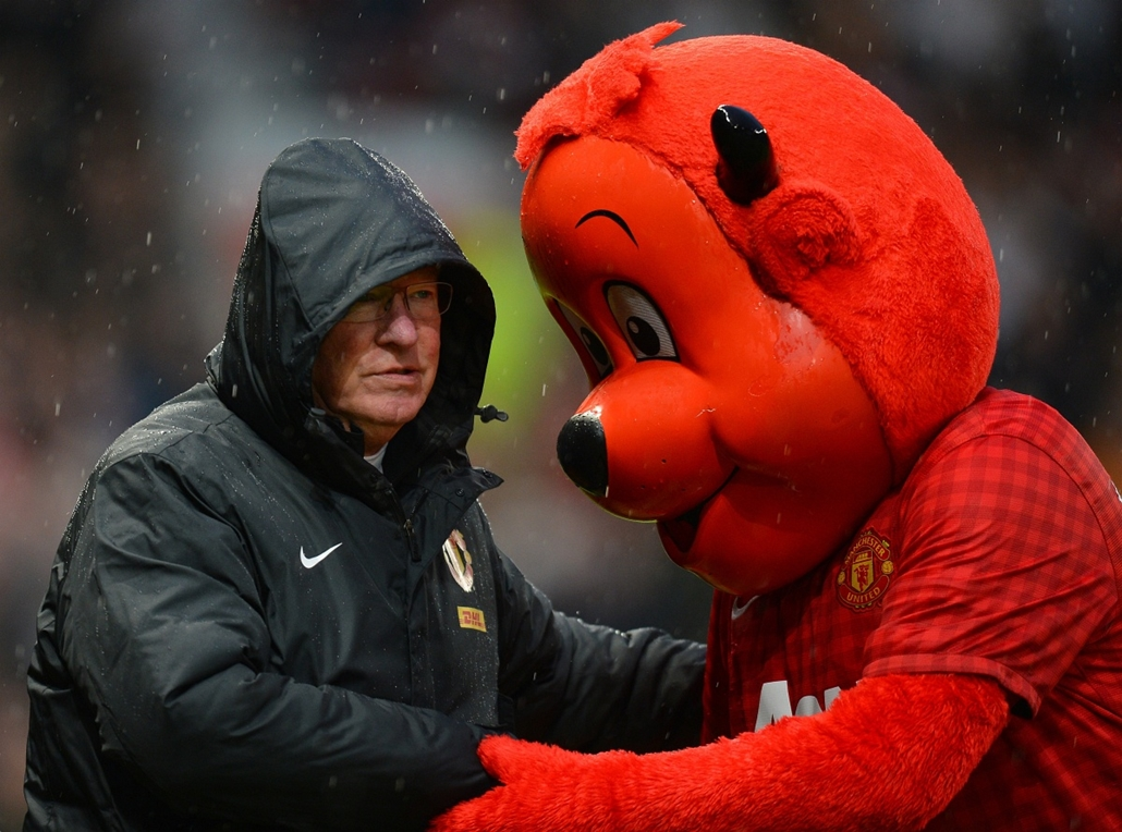 Alex Ferguson nagyításhoz -UNITED KINGDOM, Manchester : Manchester United's Scottish manager Alex Ferguson (L) speaks to Manchester United mascot Fred the Red before the English Premier League football match between Manchester United and Newcastle United