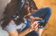 Járványos bezárkózás plusz zenehallgatás egyenlő jobb munkakedv