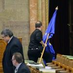 Nem illik a parlament arculatába az EU-s zászló?