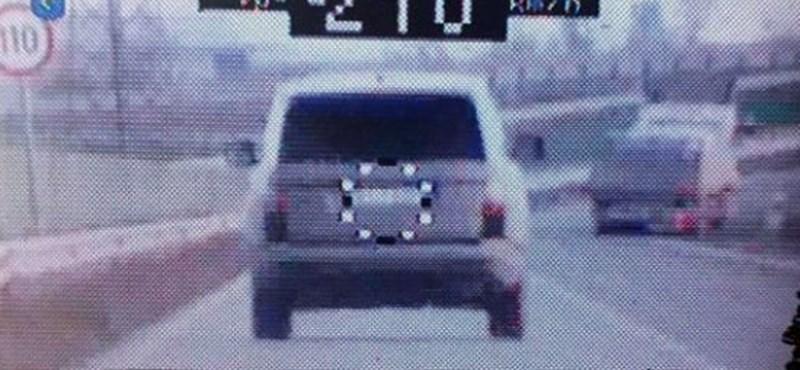 210-zel száguldó SUV-t kaptak el a rendőrök