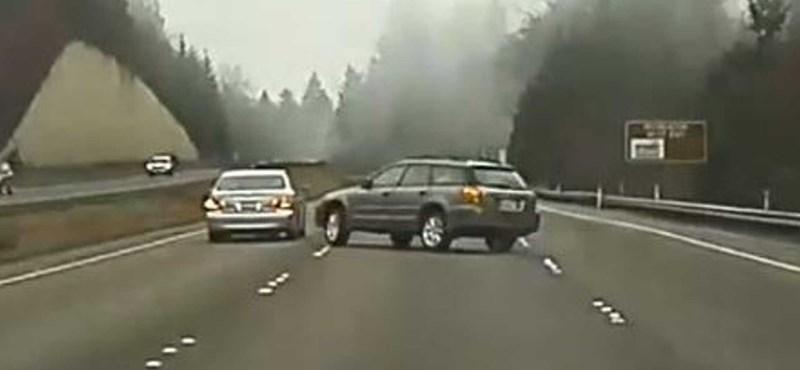 Egy Tesla körkamerája vette fel két másik autós közúti csatáját