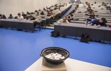 Kedvezményekkel tartanák meg EU-s hallgatóikat a brit egyetemek, de törvényt sérthetnek vele