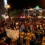 Buliba csapott át a tüntetés az Oktogonnál - szól a techno és az Orbán, takarodj