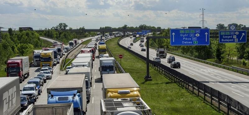 Több kilométeres kocsisor az M0-son, kétórás plusz várakozás