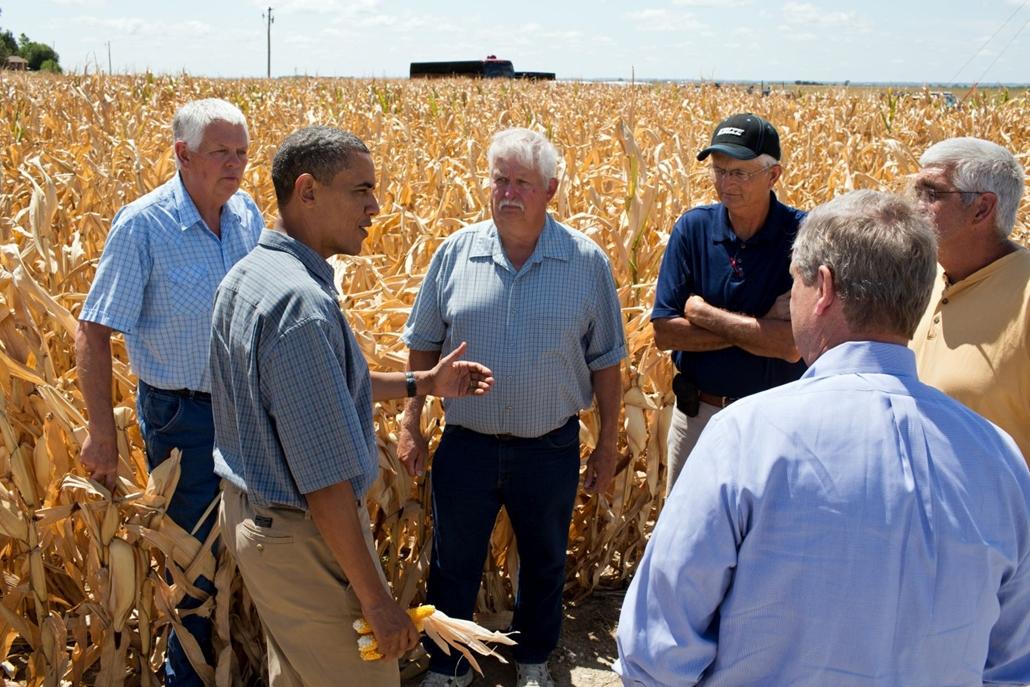 lehetőleg ne - flickrCC_! - Barack Obama gazdákkal beszélget,  2012-ben.  A legalább fél évszázada nem tapasztalt súlyosságú aszály egyetlen hónap alatt tönkretette az amerikai kukoricatermés hatodát, és ez a globális élelmiszer-árinflációra is hatással v