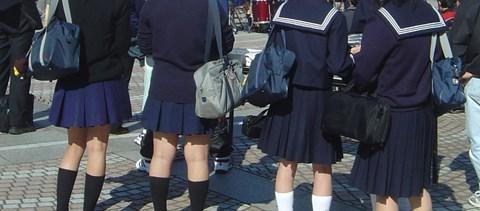 Napi abszurd: barna haja miatt zárták ki az órákról és kirándulásokból a diáklányt